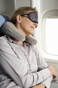 жена спи в самолет